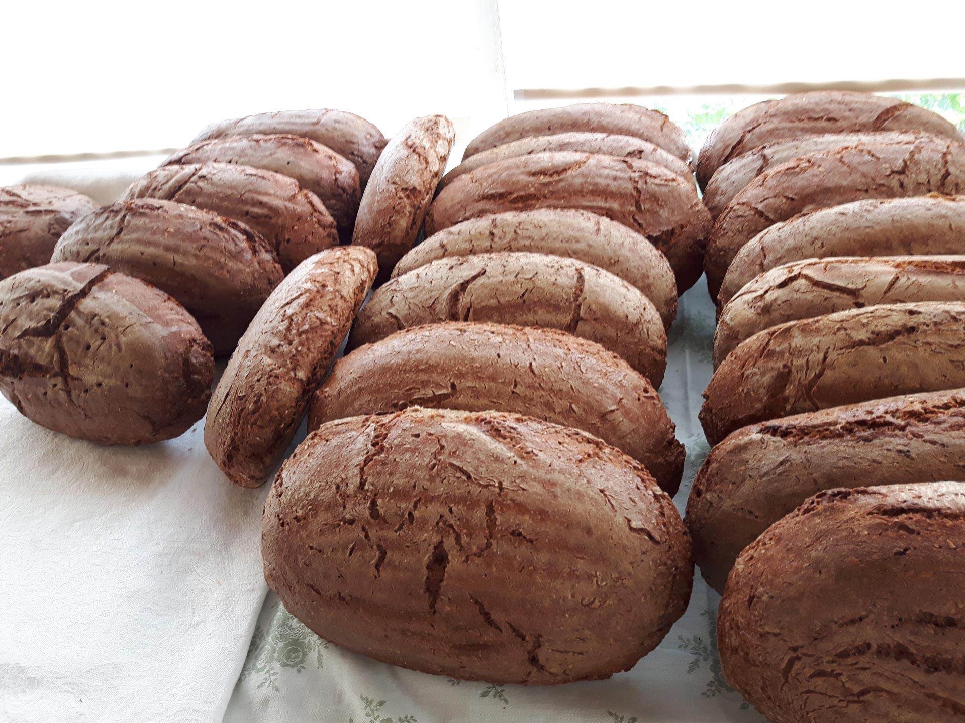 Brot, Milchprodukte, Säfte und mehr im Bauernladen der Familienpension Rasch.