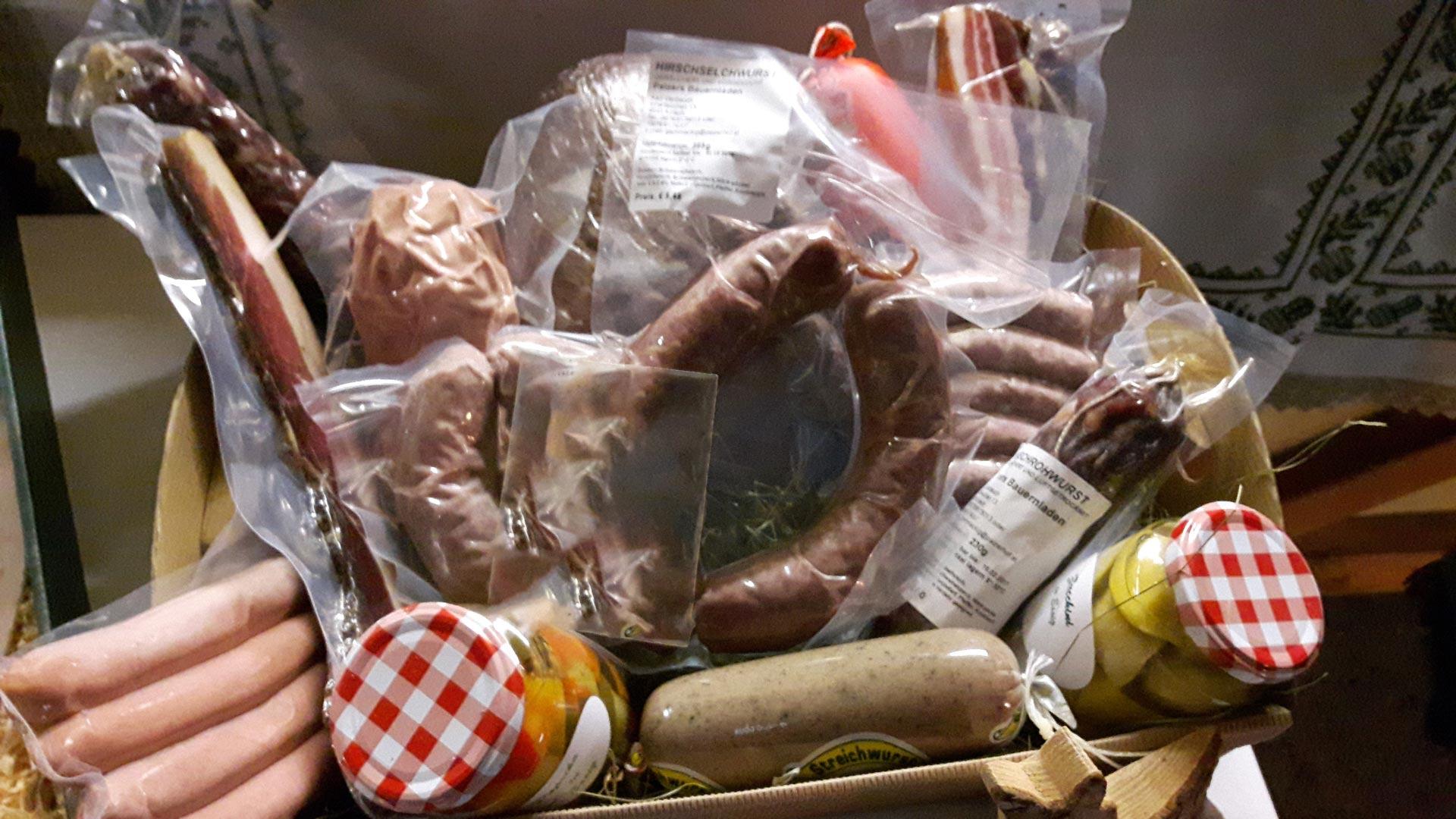 Geräuchertes und Luftgetrocknetes im Bauernladen der Familienpension Rasch.